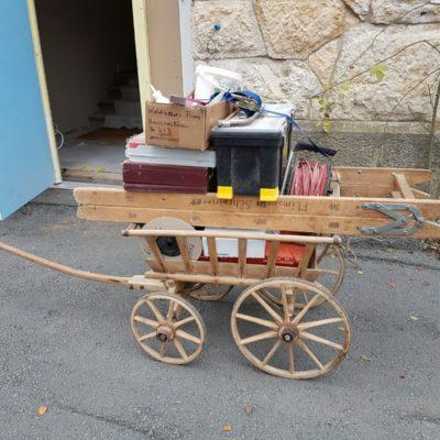 Leiterwagen aus Holz mit Material beladen