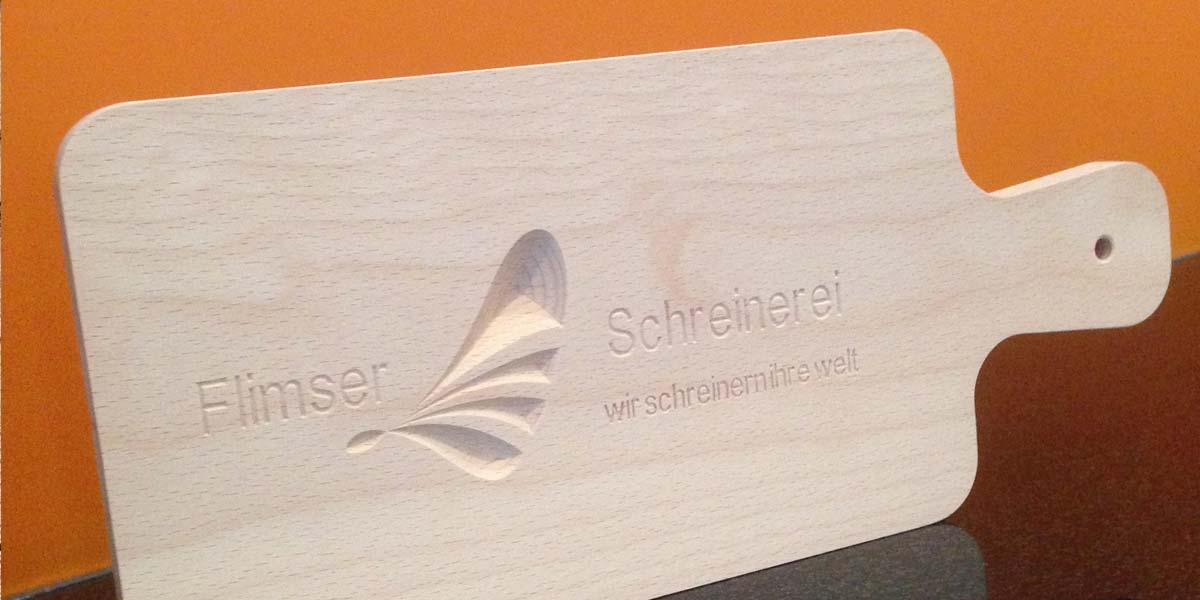 Holzbrett mit Logo